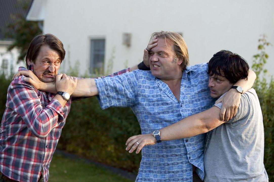 Geld alleine macht auch nicht glücklich: (v.l.n.r.) Helmut (Ingo Naujoks), Georg (Jan-Gregor Kremp) und Frank (Rüdiger Klink) ... - Bildquelle: SAT.1
