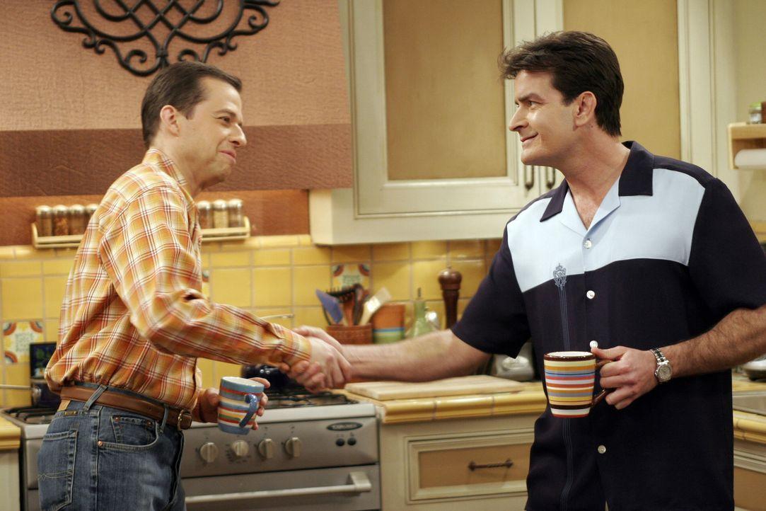 Das Kriegsbeil ist begraben: Charlie (Charlie Sheen, r.) und Alan (Jon Cryer, l.) ... - Bildquelle: Warner Bros. Television