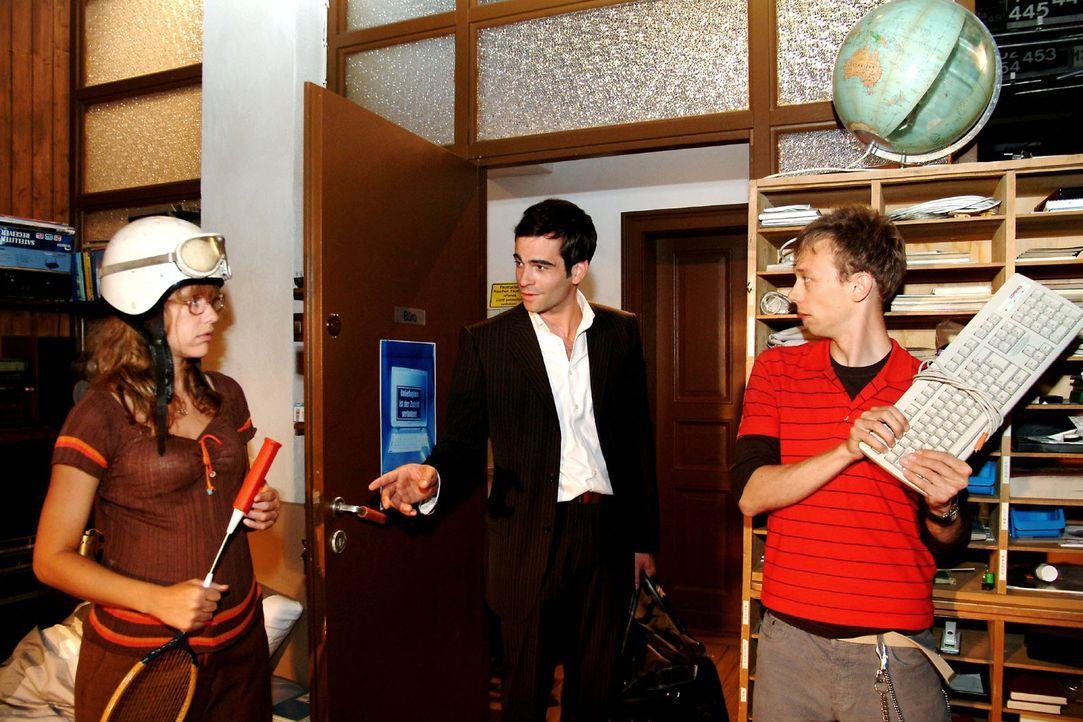 """Lisa (Alexandra Neldel, l.) und Jürgen (Oliver Bokern, r.) sind vor den Schlägern in Deckung gegangen - und überrascht, dass """"nur"""" David (Mathis... - Bildquelle: Sat.1"""