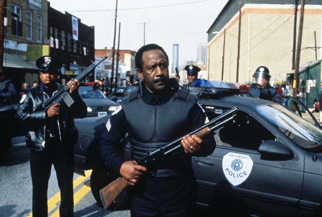 Sergeant Reed (Robert DoQui, M.) und seine Kollegen stellen sich ihren Gegnern ... - Bildquelle: Columbia TriStar Film