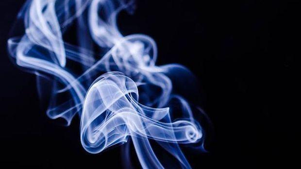 weiß-blauer Rauch