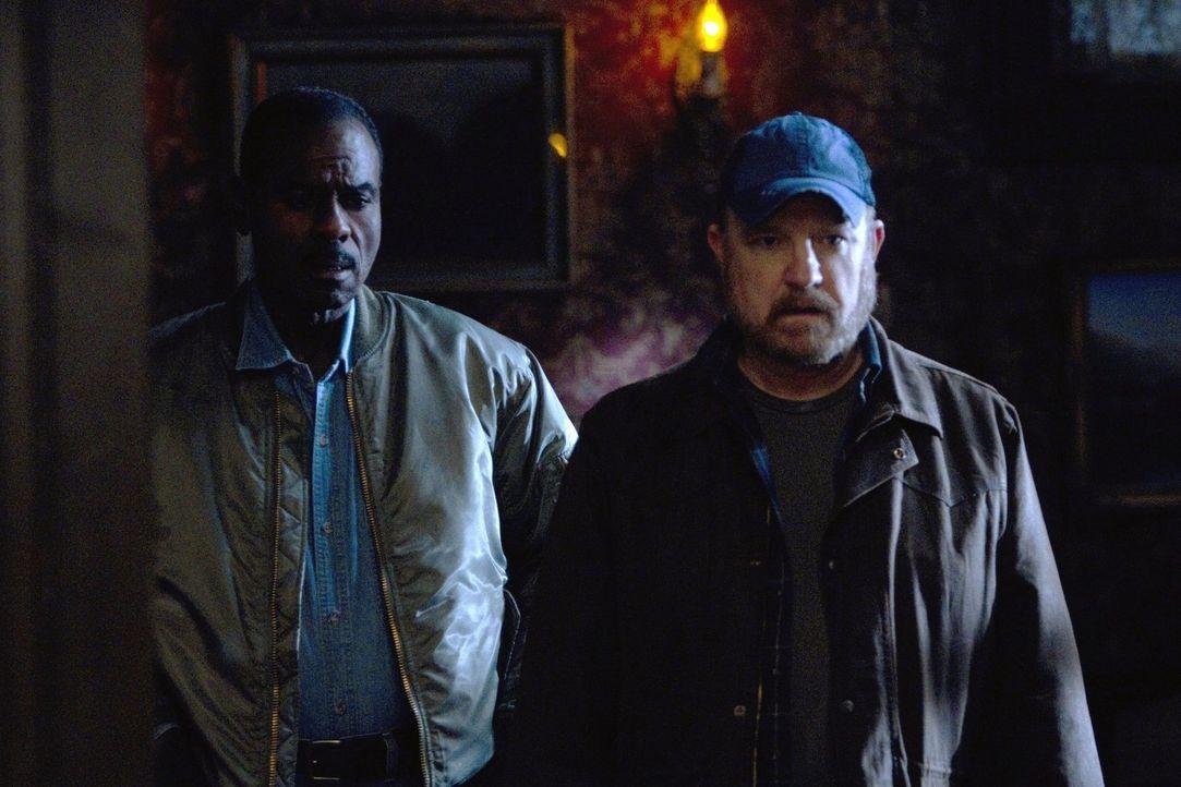 Mit Hilfe von Rufus (Steven Williams, l.) versucht Bobby (Jim Beaver, r.), einen seiner persönlichsten Fälle zu lösen ... - Bildquelle: Warner Bros. Television