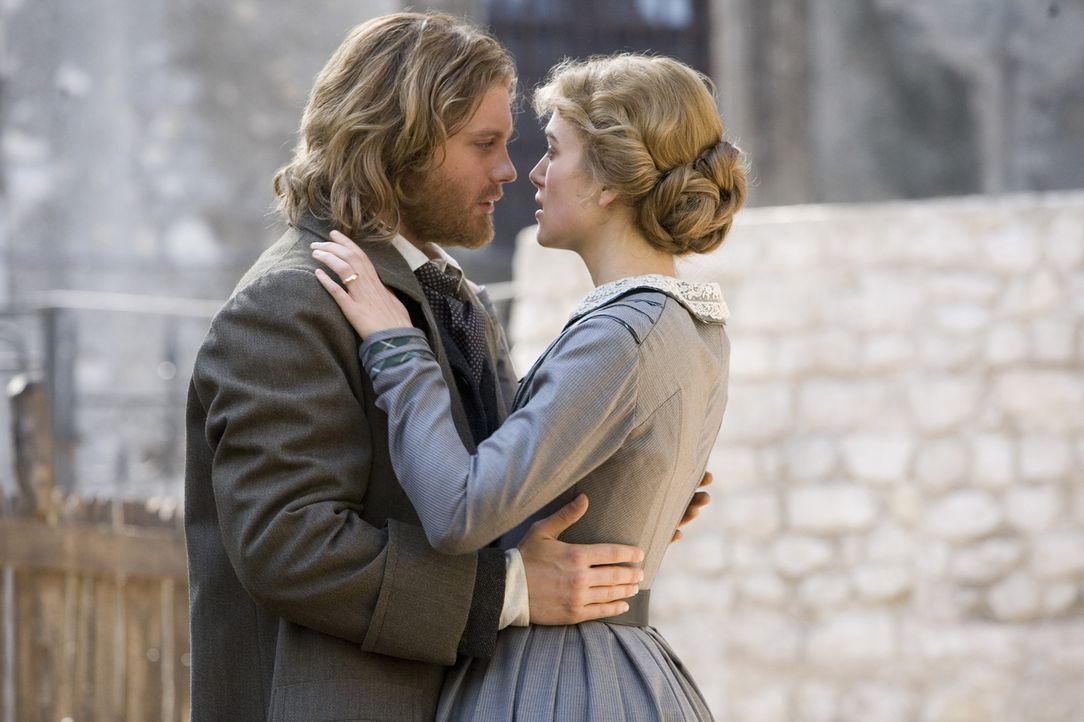 Herve (Michael Pitt, l.) ist hin- und hergerissen zwischen seinen Gefühlen zu Helene (Keira Knightley, r.) und der schönen Konkubine ... - Bildquelle: Warner Bros. Television