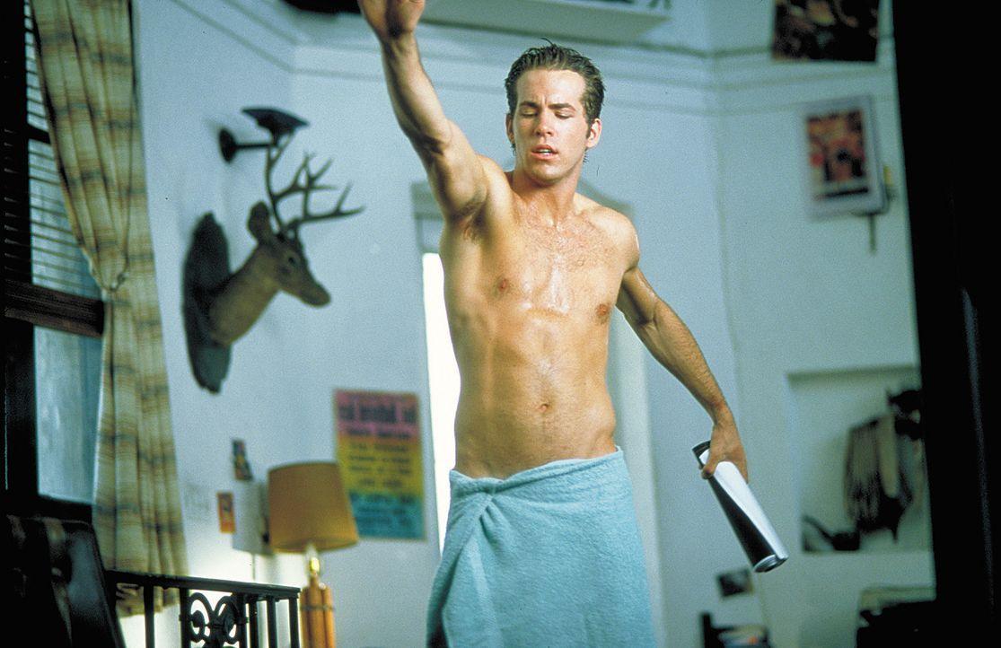 Der durchgeknallte, selbstverliebte Mike (Ryan Reynolds) ist sich seiner eigenen sexuellen Bestimmung noch nicht ganz klar ... - Bildquelle: 2003 Sony Pictures Television International. All Rights Reserved.