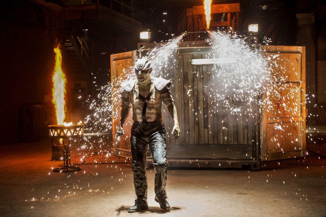 Im Alien-Fightclub versucht Draaga (John De Santis), jeden aus dem Weg zu räumen, der ihm in die Quere kommt - egal, ob Alien oder Mensch ... - Bildquelle: 2016 Warner Bros. Entertainment, Inc.