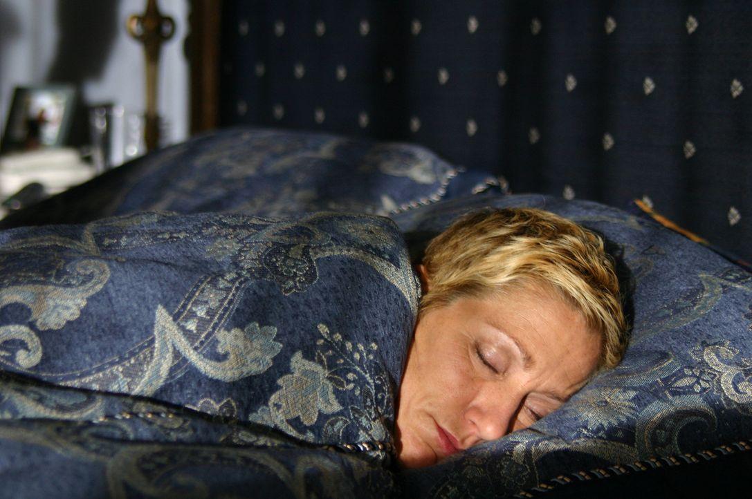 Nur noch mit Hilfe starker Medikamente gelingt es Olivia (Edie Falco), ihr scheinbar normales Leben weiterzuführen ... - Bildquelle: Copyright   2005 Burnt Orange Productions, LLC. All Rights Reserved.