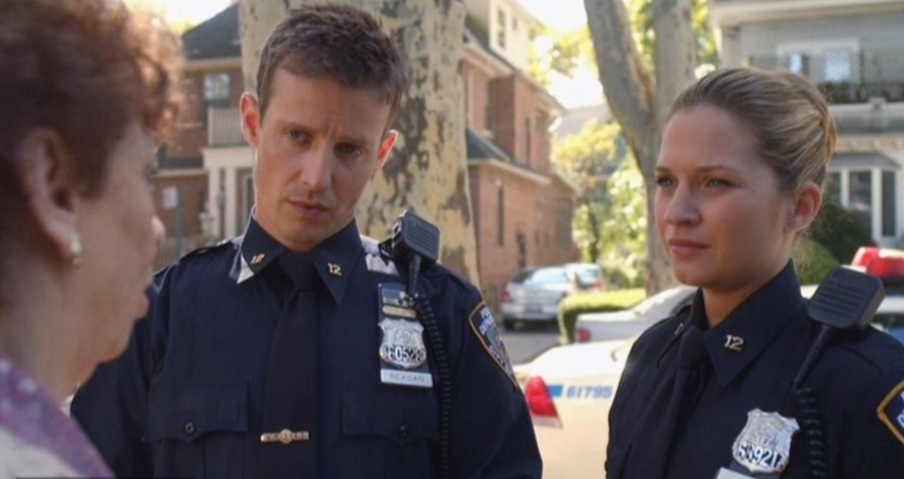 Jamie (Will Estes, M.) und Eddie (Vanessa Ray, r.) haben die Leiche eines jungen Mädchens gefunden. Die Großmutter der Toten ist überzeugt davon, da... - Bildquelle: 2014 CBS Broadcasting Inc. All Rights Reserved.