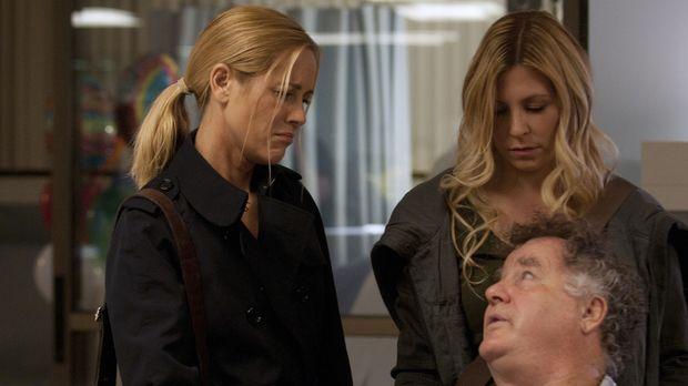 Desmond (Peter Gerety, r.) versucht zwischen seinen Töchtern Oona (Sarah LaFl...