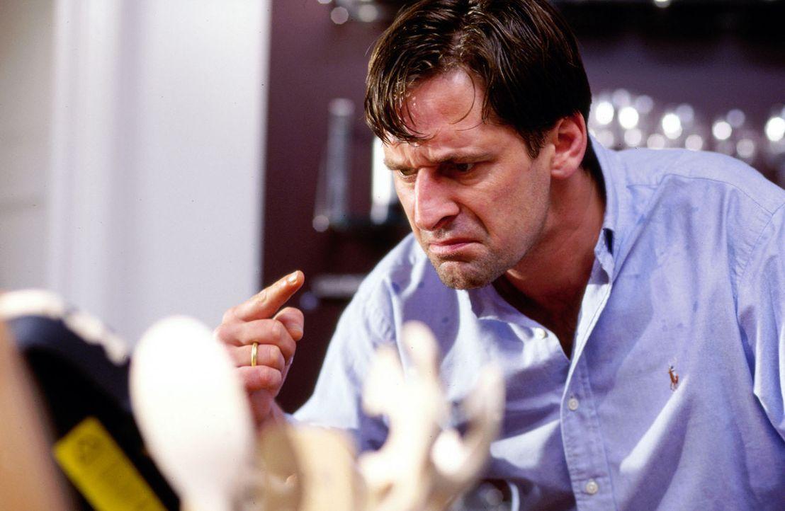 Herzchirurg Benjamin Hofer (Max Tidof) muss nach dem plötzlichen Tod seiner Frau sein Leben neu einrichten. - Bildquelle: Rolf Baumann Sat.1