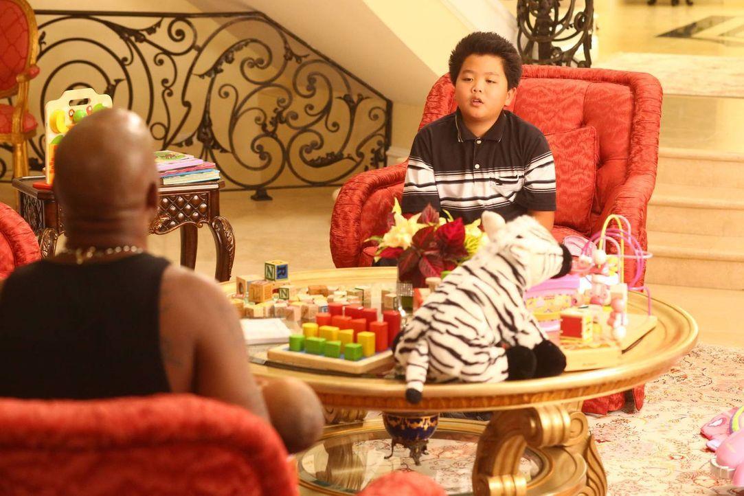Eddie (Hudson Yang, r.) möchte für seine Freundin Alison das beste Geschenk der Welt besorgen. Doch dazu braucht er Geld und nimmt deshalb einen Job... - Bildquelle: 2015-2016 American Broadcasting Companies. All rights reserved.