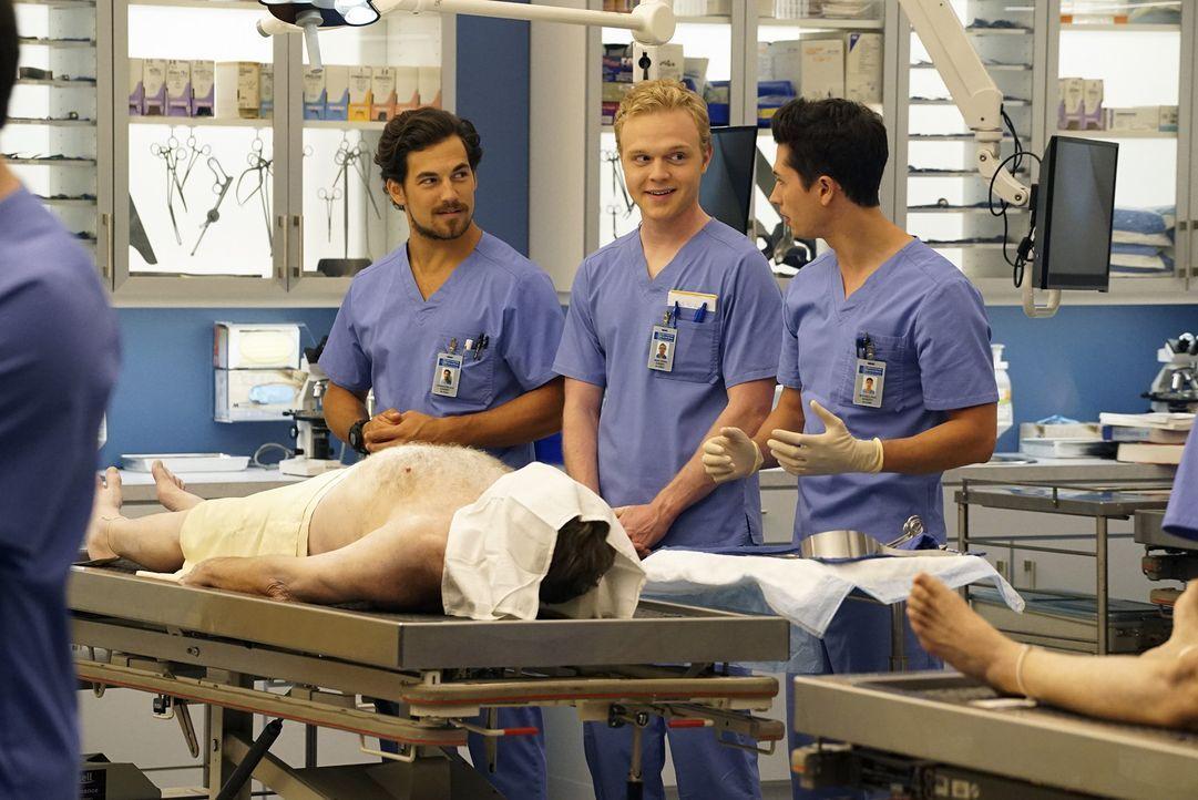 Im Krankenhaus warten neue Herausforderungen auf Dr. Andrew DeLuca (Giacomo Gianniotti, l.) und Dr. Isaac Cross (Joe Adler, M.) ... - Bildquelle: Richard Cartwright ABC Studios