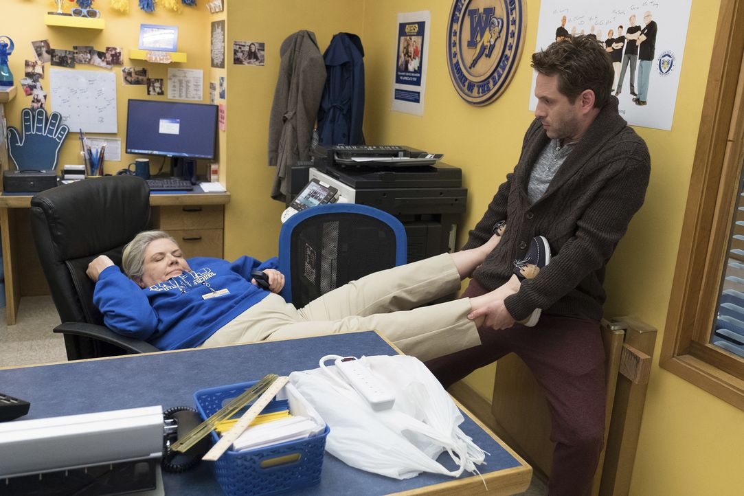 Helen Henry DeMarcus (Paula Pell, l.); Jack (Glenn Howerton, r.) - Bildquelle: Colleen Hayes 2018 Universal Television LLC. ALL RIGHTS RESERVED./Colleen Hayes