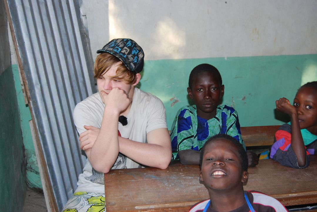 Bastian (l.) wird zu den strengsten Eltern nach Niomoune im Süden Senegals geschickt. Auf Schule hat der Teenager keinen Bock. - Bildquelle: kabel eins