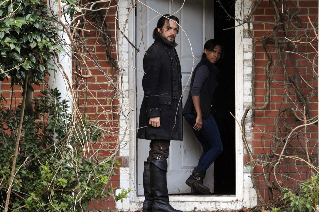 Die Suche nach einer vermissten Person, bringt Ichabod (Tom Mison, l.) und Abbie (Nicole Beharie, r.) in große Gefahr ... - Bildquelle: 2013 Twentieth Century Fox Film Corporation. All rights reserved.