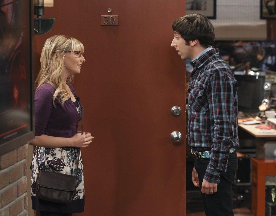 Nach einem Streit mit Bernadette (Melissa Rauch, l.) verbringt Howard (Simon Helberg, r.) eine Nacht bei Raj auf der Couch ... - Bildquelle: Warner Bros. Television