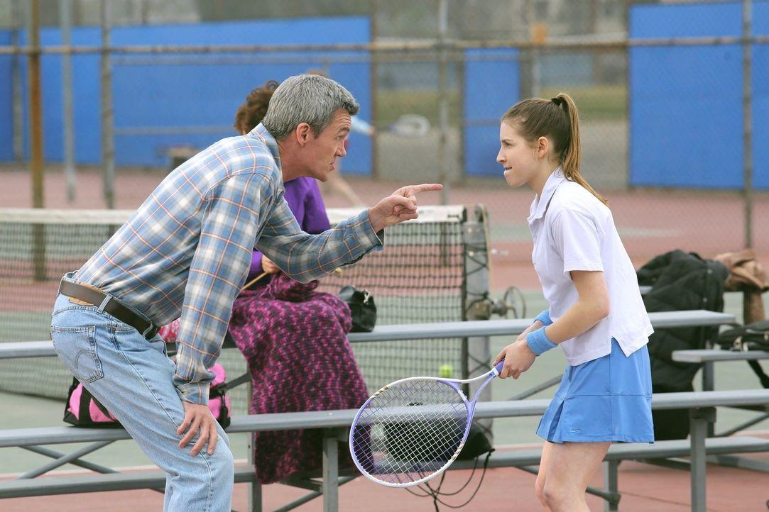 Als Sue (Eden Sher, r.) es durch Zufall ins Tennis-Team schafft, soll Mike (Neil Flynn, l.) mit ihr trainieren. Dabei stellt sie sich überraschender... - Bildquelle: Warner Brothers