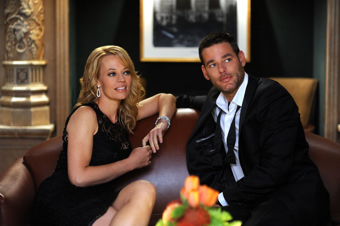 Als Dr. Kate Murphey (Jeri Ryan, l.) während einer politischen Veranstaltung den smarten Sergej (Ivan Sergei, r.) kennenlernt, ist sie sofort von i... - Bildquelle: ABC Studios