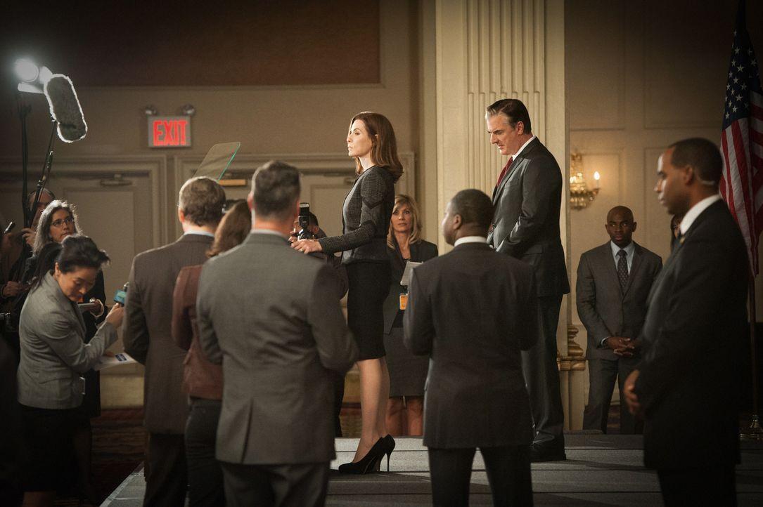 Zusammen mit Peter (Chris Noth, hinten) tritt Alicia (Julianna Margulies, vorne) vor die Presse, um ihr Amt niederzulegen. Nach dem Wahlskandal hat... - Bildquelle: Jojo Whilden 2012 CBS Broadcasting Inc. All Rights Reserved.