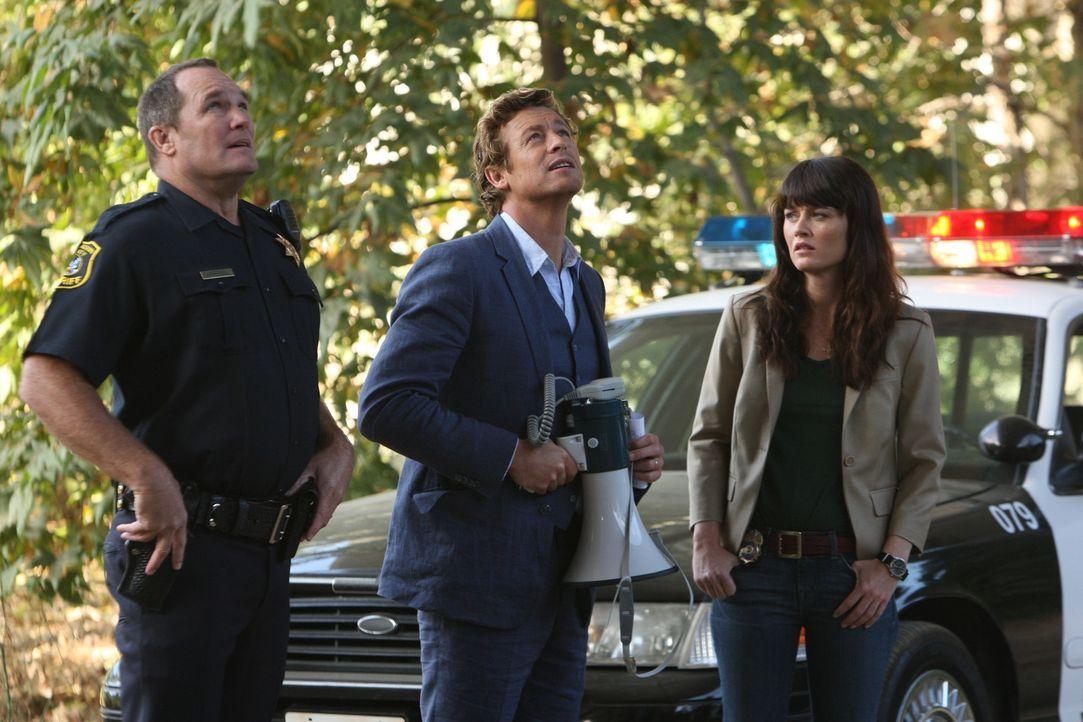Ein neuer Fall beschäftigt: Patrick Jane (Simon Baker, M.) und Teresa Lisbon (Robin Tunney, r.) ... - Bildquelle: Warner Bros. Television