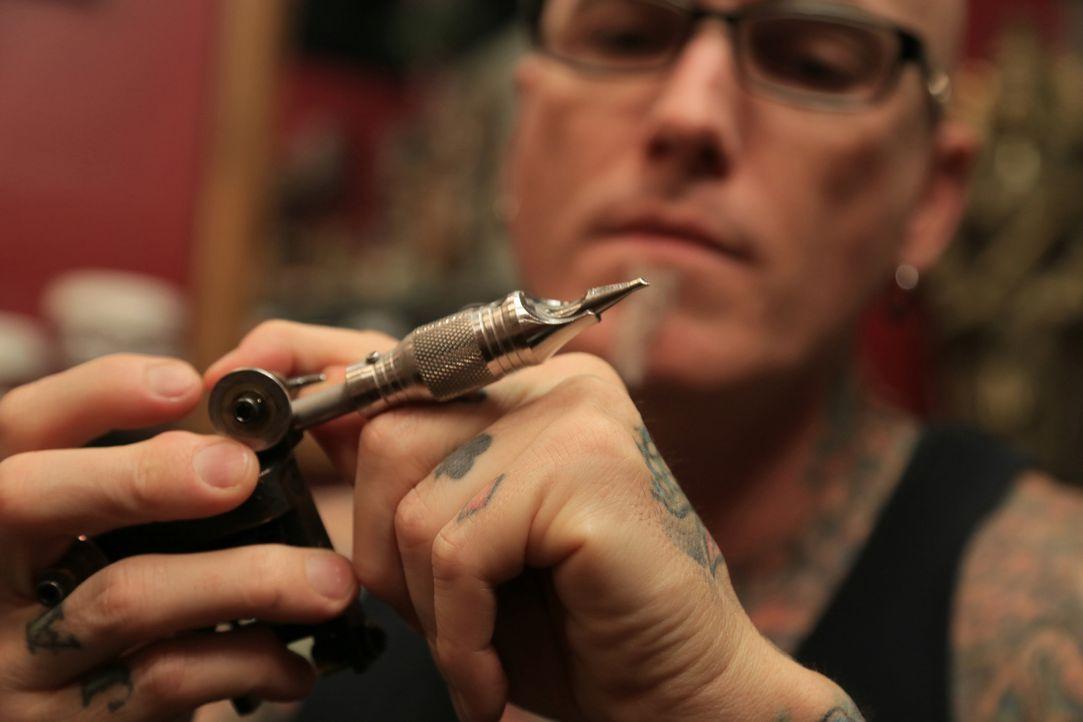 Eigentlich ist es ihr Job, hässliche Tattoos in ansehnlichere Exemplare zu verwandeln, doch dieses Mal haben es Dirk (Bild) und Ruckus mit dem genau... - Bildquelle: 2013 A+E Networks, LLC
