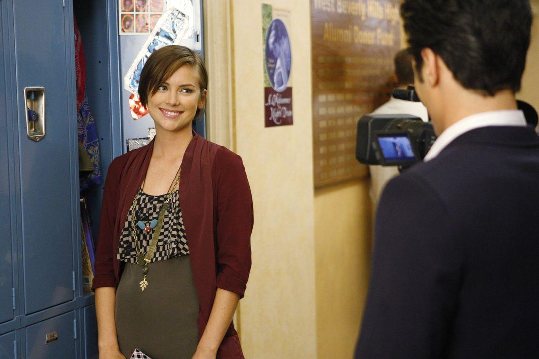 Silver (Jessica Stroup, l.) ahnt nicht, dass Mr. Cannon (Hal Ozsan, r.) etwas im Schilde führt ... - Bildquelle: TM &   CBS Studios Inc. All Rights Reserved