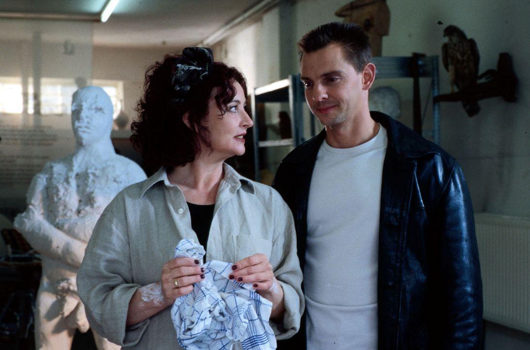 Die psychisch angeschlagene Gabriele Grundhöfer (Angelika Perdelwitz, l.) wird von Tom (Steven Merting, r.) zum Mord an dem Kaufhausdetektiv Lossau... - Bildquelle: Alfred Raschke Sat.1