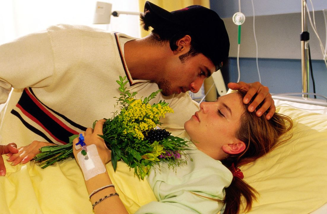 Arkan (Eralp Hüseyin Uzun, l.) sorgt sich um seine Freundin Agnes (Anja Stadlober, r.), die sich das Leben nehmen wollte ... - Bildquelle: Oliver Pflug Sat.1/Pflug