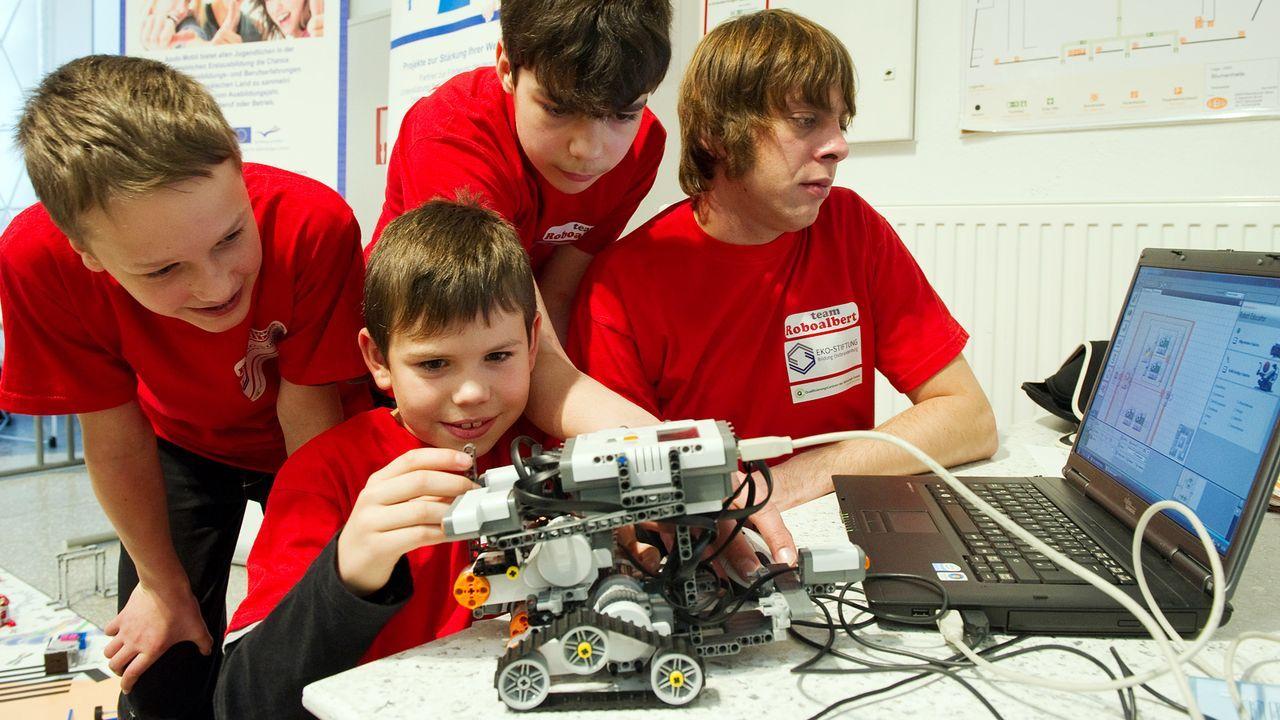 kinder-technik-mikrocomputer-lego-roboter-10-11-19-dpa - Bildquelle: dpa