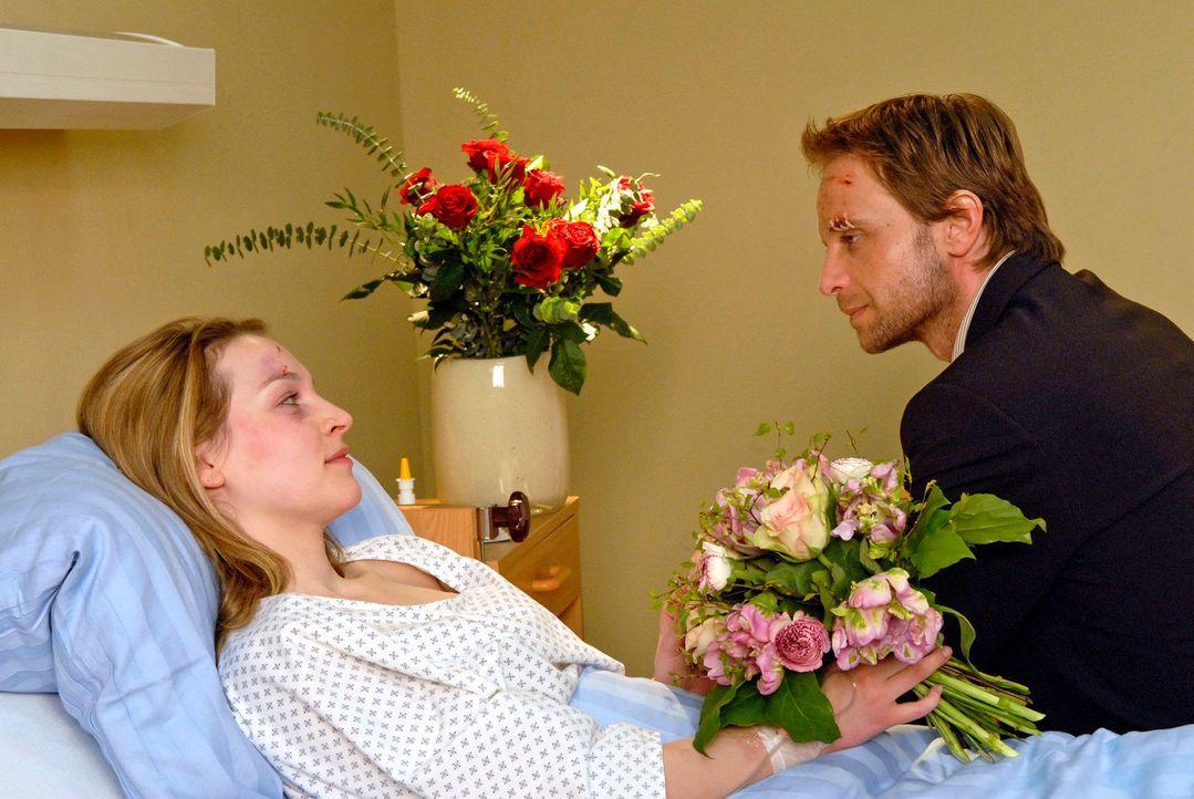 Philip (Julian Weigend, r.) ist beruhigt, dass es Marie (Jana Klinge, l.) schon etwas besser geht. - Bildquelle: Christoph Assmann Sat.1