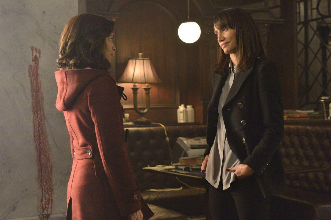 Tess (Nina Lisandrello, r.) kann einfach nicht glauben, dass Catherine (Kristin Kreuk, l.) genug davon hat, das Übernatürliche zu jagen ... - Bildquelle: Ben Mark Holzberg 2015 The CW Network, LLC. All rights reserved.