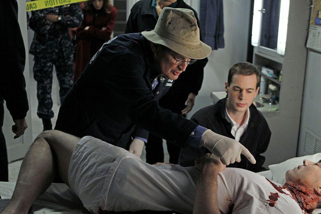Als Commander Reynolds erschossen in seiner Koje aufgefunden wird, werden Ducky (David McCallum, l.) und McGee (Sean Murray, r.) auf die USS Colonia... - Bildquelle: CBS Television