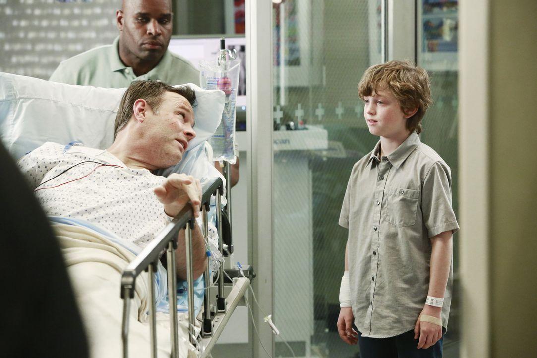 Ethan (Kyle Silverstein, r.) bangt um das Leben seines Vaters (Michael Bale, l.) ... - Bildquelle: ABC Studios