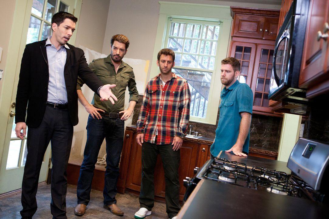 Können Drew (l.) und Jonathan (2.v.l.) den Brüdern Mike (2.v.l.) und Chris (r.) den Traum von einem großen Haus mit viel Platz für Partys erfüllen?... - Bildquelle: Jessica McGowan 2013, HGTV/Scripps Networks, LLC. All Rights Reserved