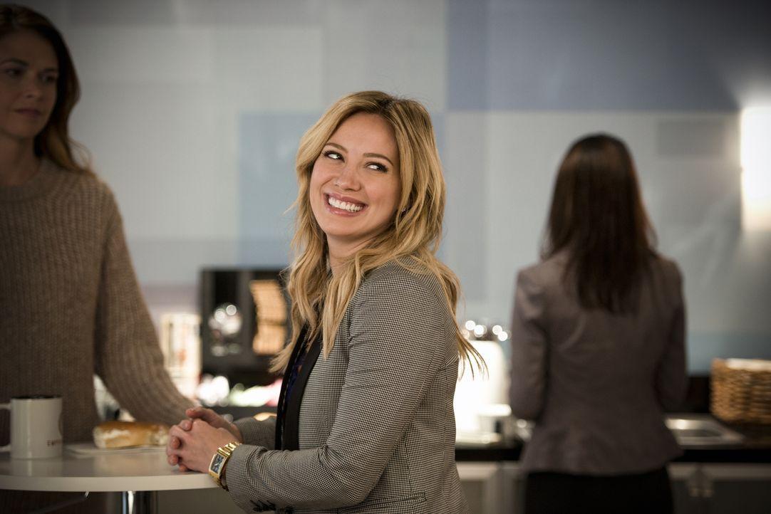Kelsey (Hilary Duff) setzt alles daran, einen neuen, bekannten Autor dazu zu bringen, einen Vertrag bei ihnen zu unterschreiben ... - Bildquelle: Hudson Street Productions Inc 2015