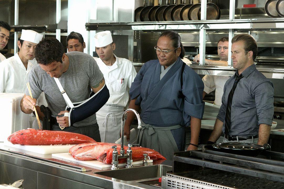Chef Masaharu Morimoto (Masaharu Morimoto, 2.v.r.) Steve (Alex O'Loughlin, vorne l.) und Danny (Scott Caan, r.) bei den Ermittlungen behilflich sein... - Bildquelle: 2011 CBS BROADCASTING INC.  All Rights Reserved.