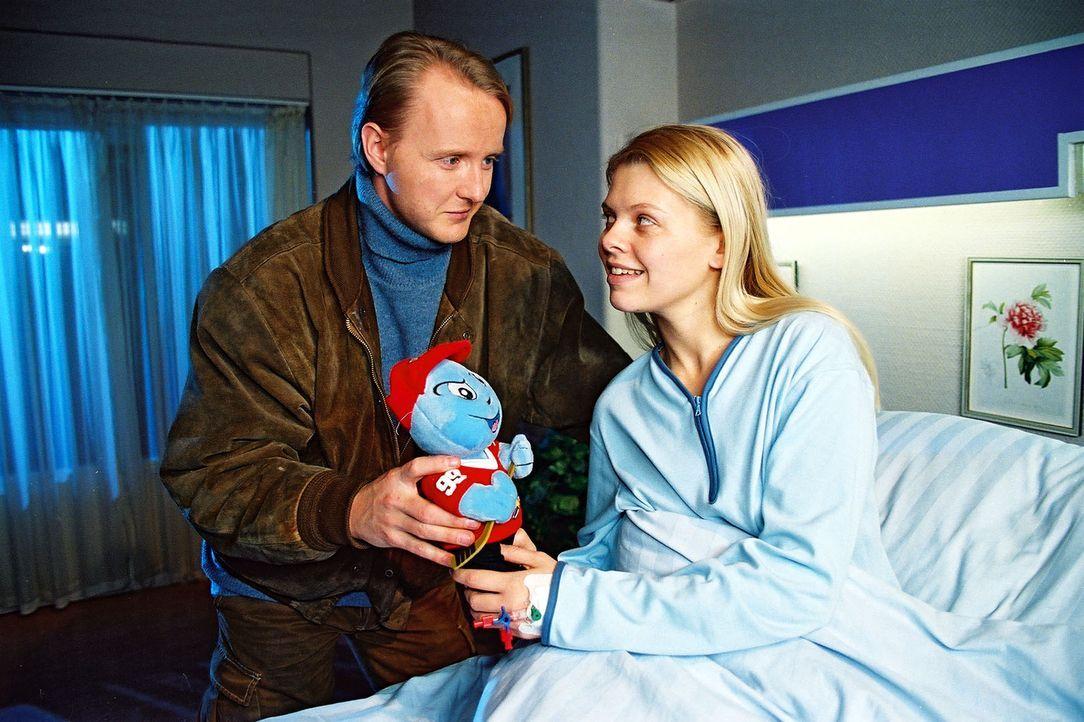 """Taxifahrer Hannes (Holger Handke, l.) kümmert sich ungewöhnlich aufmerksam um Lisa (Anne Sophie Briest, r.). Sie glaubt, dass er der """"Schutzengel"""" w... - Bildquelle: Noreen Flynn Sat.1"""