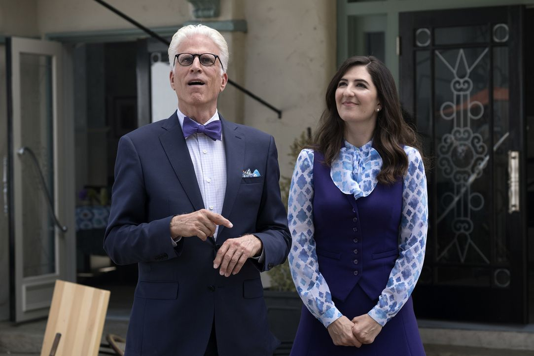 Michael (Ted Danson, l.) und Janet (D'Arcy Carden, r.) setzen alles daran, das besondere Gefährt zu erschaffen, dass sie alle in den Good Place brin... - Bildquelle: Colleen Hayes 2017 Universal Television LLC. ALL RIGHTS RESERVED.