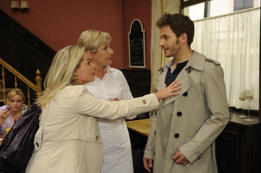 Katja (Karolina Lodyga, l.) hat eine ganz besondere Neuigkeit für Susanne (Heike Jonca, M.) und Enrique (Jacob Weigert, r.) ... - Bildquelle: SAT.1