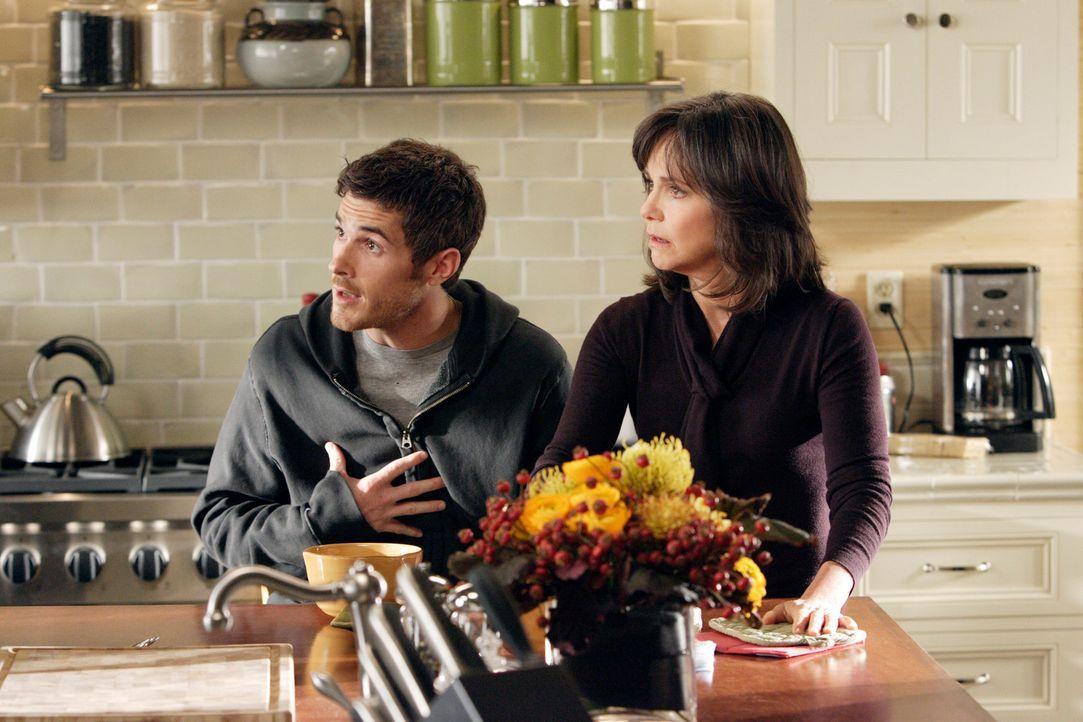 Leugnet anfangs noch seinen Rückfall, doch schließlich ist er froh, dass er von seiner Familie besonders von seiner Mutter Nora (Sally Field, r.) un... - Bildquelle: Disney - ABC International Television