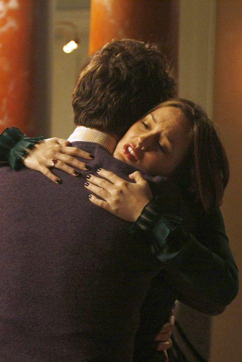 Als Blair (Leighton Meester,l. ) wieder nach Hause kommt, erwartet sie ihr Vater Harold (John Shea, l.) ... - Bildquelle: Warner Brothers
