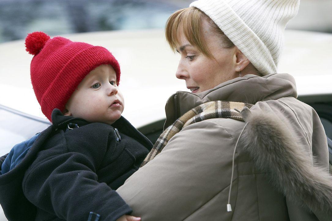 Kann die Reaktion ihrer leiblichen Mutter nicht verstehen: Kerry (Laura Innes, r.) ... - Bildquelle: WARNER BROS