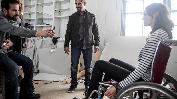 Kensi (Daniela Ruah, r.) wird immer noch von Sullivan (Kurt Yaeger, l.) festg...
