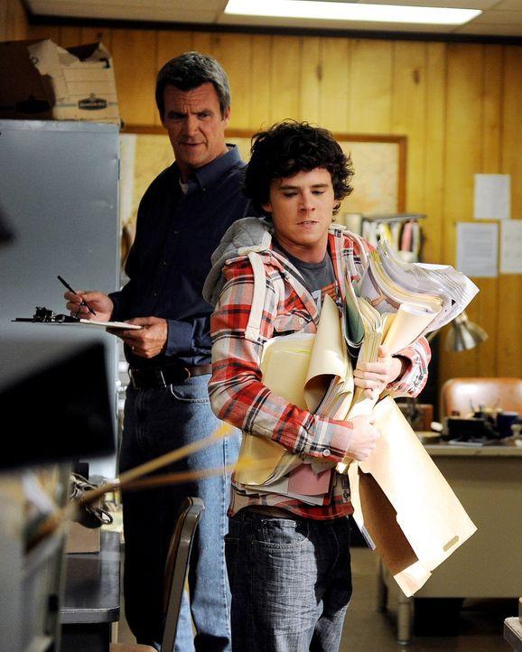Für Schulschwänzer Axl (Charlie McDermott, r.) hat sich Mike (Neil Flynn, l.) eine ganz besondere Strafe einfallen lassen: Er nimmt seinen Sohn mit... - Bildquelle: Warner Brothers