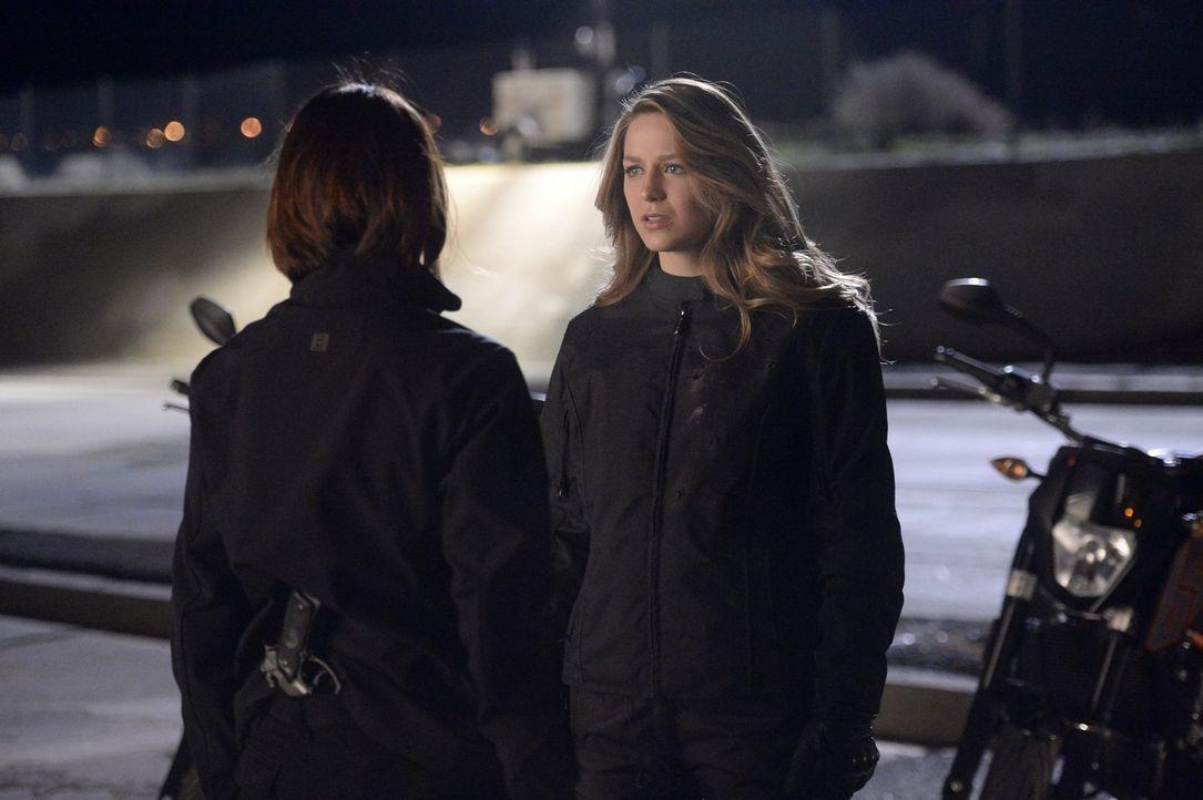 Kara (Melissa Benoist, r.) ist entsetzt, als Alex (Chyler Leigh, l.) ihr eröffnet, allein auf eine wichtige Mission gehen zu wollen. Kann sie sie wi... - Bildquelle: 2015 Warner Bros. Entertainment, Inc.