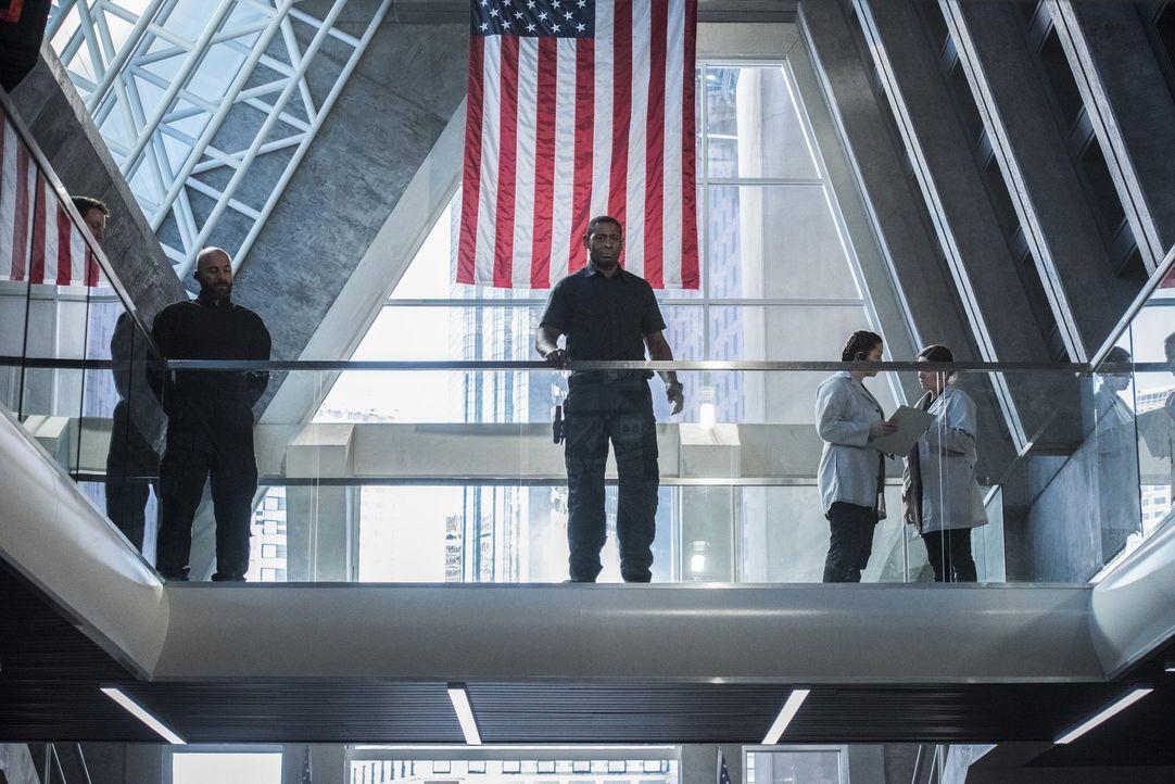 Das Eintreffen einer neuen Feindin sorgt bei Henshaw (David Harewood, M.) im DEO für eine Menge Ärger und bringt nicht nur Supergirl in Gefahr ... - Bildquelle: 2016 Warner Brothers