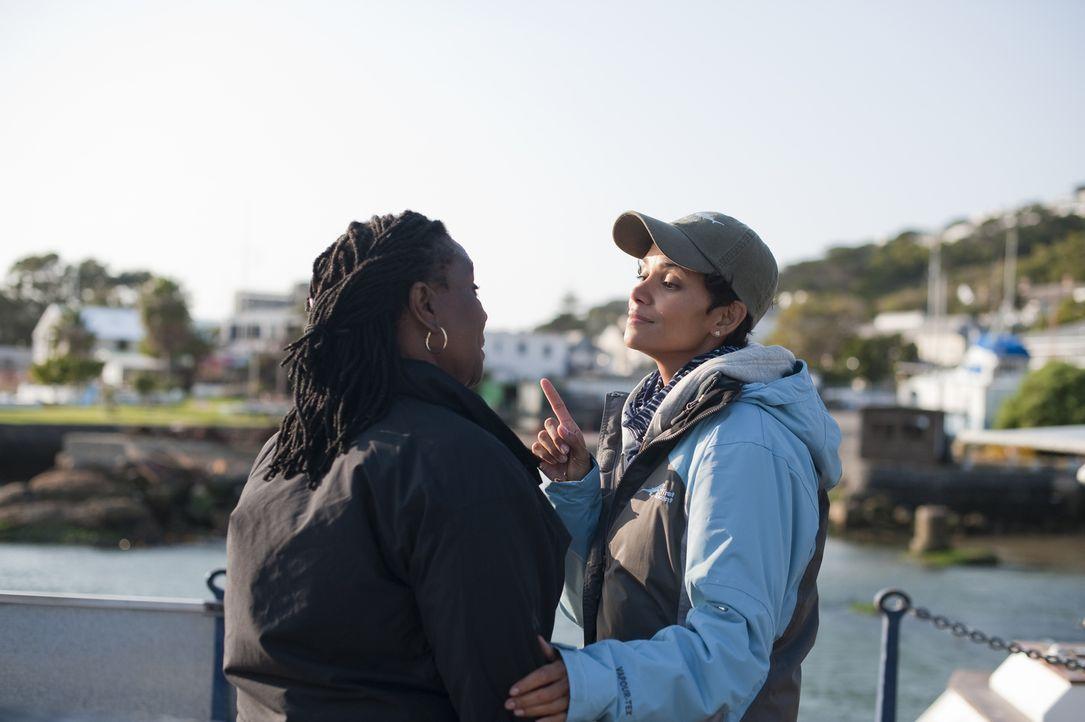 Zukie (Thoko Ntshinga, l.) und ihre Freundin Kate (Halle Berry, r.) bieten billige Bootstouren für Touristen an, doch das Geld reicht einfach nicht... - Bildquelle: Magnet Media Group USA; MMP Dark Tide UK; Film Afrika Worldwide (Pty) Limited South Africa
