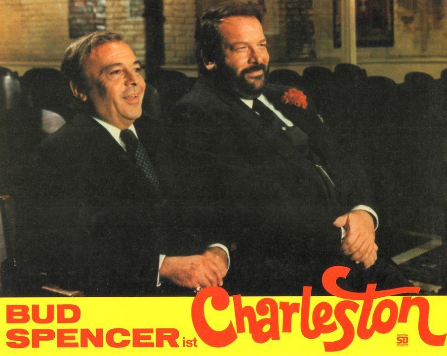 Insp. Watkins (Herbert Lom, l.) und Charleston (Bud Spencer, r.) schmieden einen Plan, wie sie den betrügerisches Millionär Monaco schröpfen könnten... - Bildquelle: Tobis Film