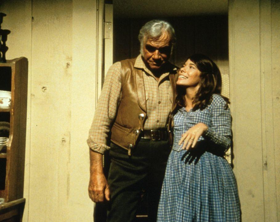 Die hochschwangere Teresa (Sian Barbara Allen, r.) und Ben (Lorne Greene, l.) werden als Geisel genommen. Die Verbrecher zwingen die beiden, bei ihr... - Bildquelle: Paramount Pictures