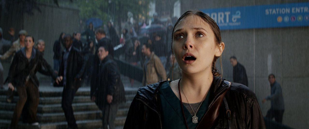 Urzeitmonster versetzen die Menschheit in Angst und Schrecken. Kann Elles (Elizabeth Olsen) Ehemann mit Hilfe von Godzilla diese noch stoppen? - Bildquelle: 2014   Warner Bros.