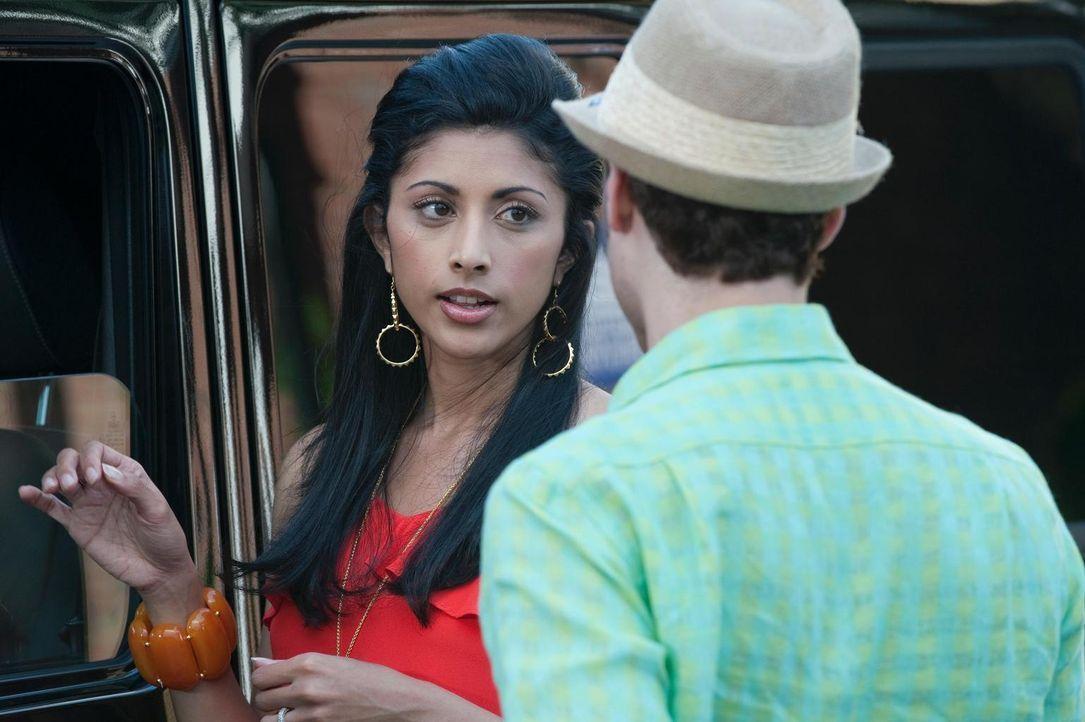 Durch einen dummen Zufall geht Evan (Paulo Costanzo, r.) davon aus, Divya (Reshma Shetty, l.) wäre schwanger ... - Bildquelle: Universal Studios